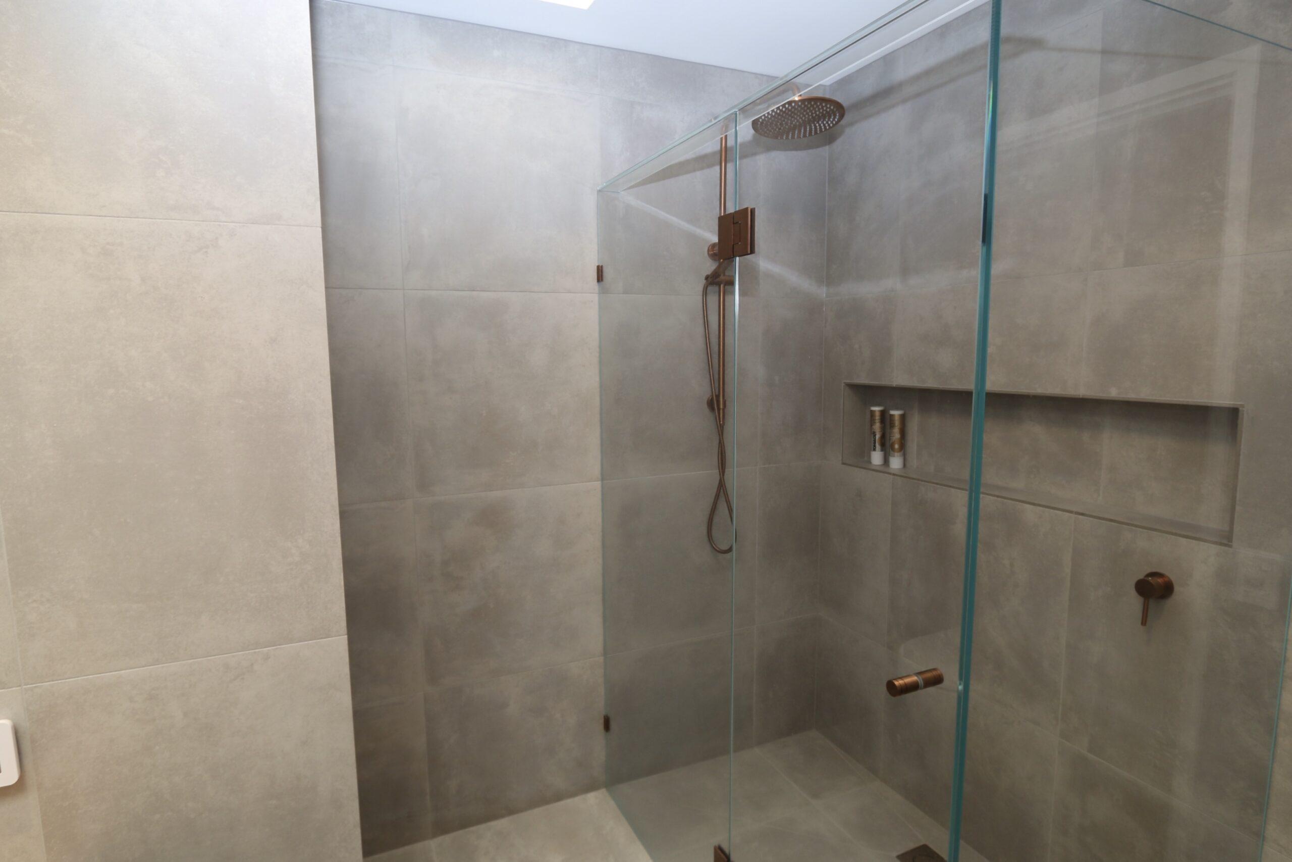 master bathroom and shower, holiday rental Moorooduc.