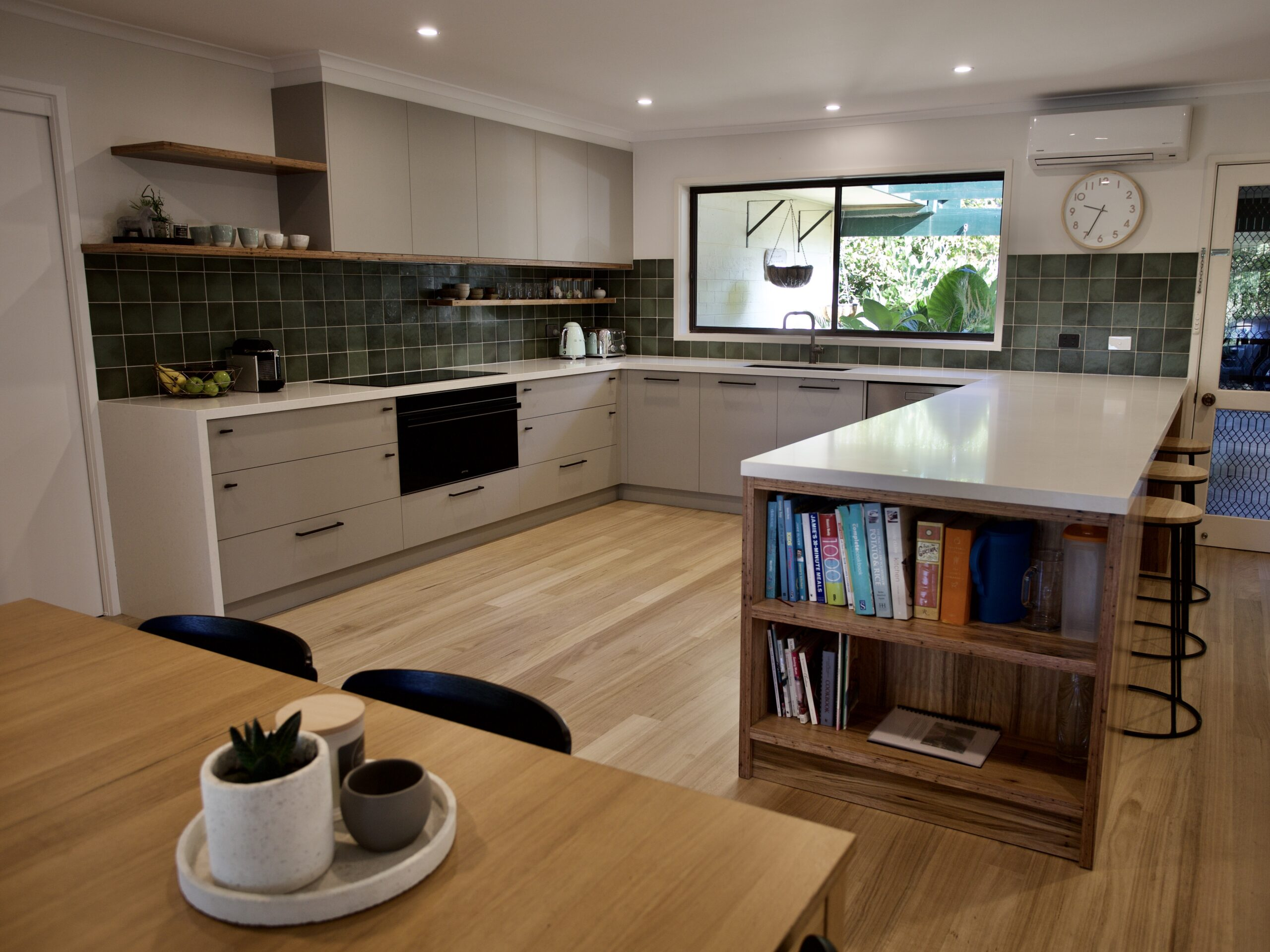 Moorooduc holiday rental. Adalong Park. U shaped kitchen with induction cooktop and breakfast bar