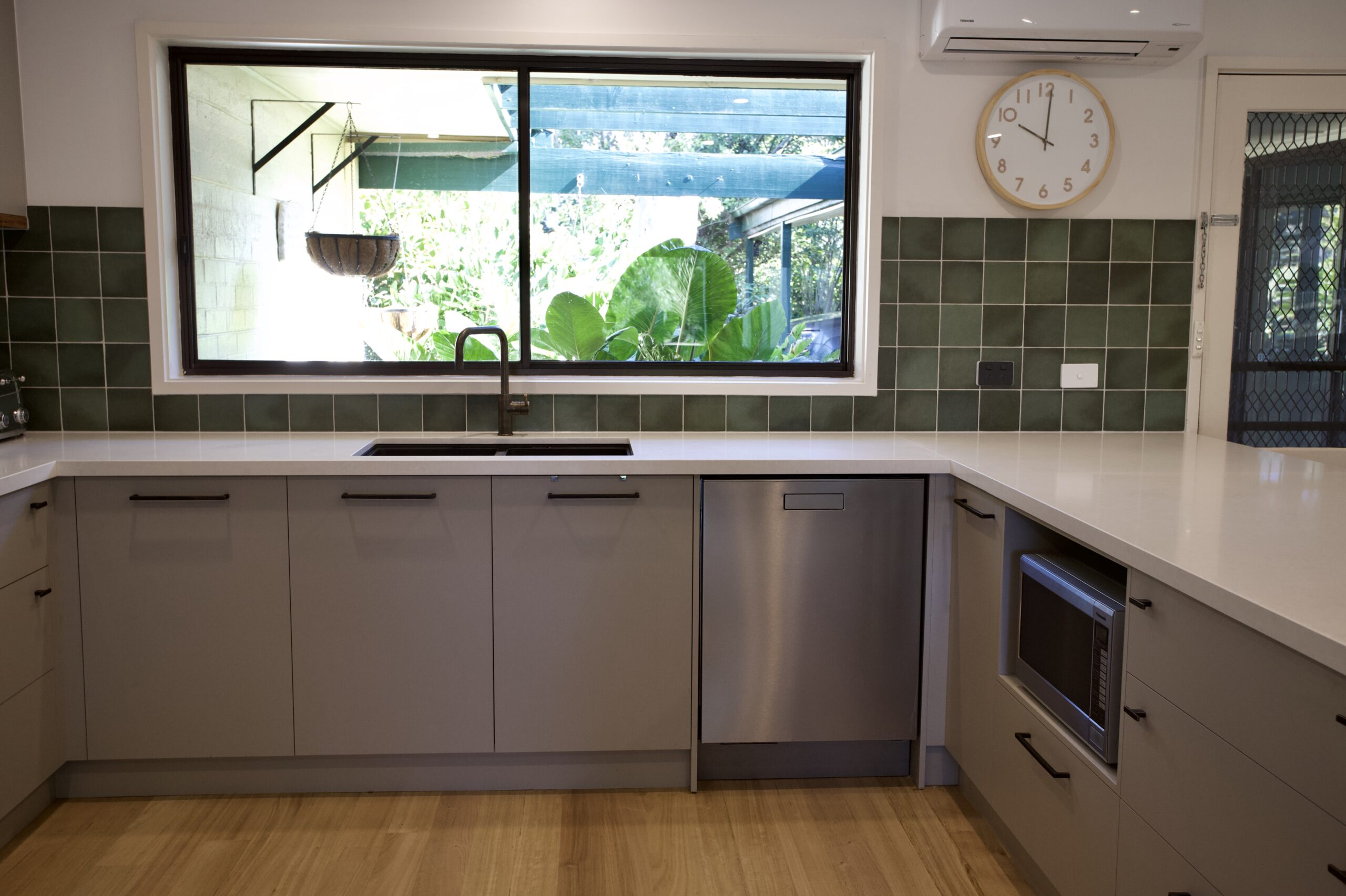 Moorooduc holiday rental. Adalong Park. kitchen and window