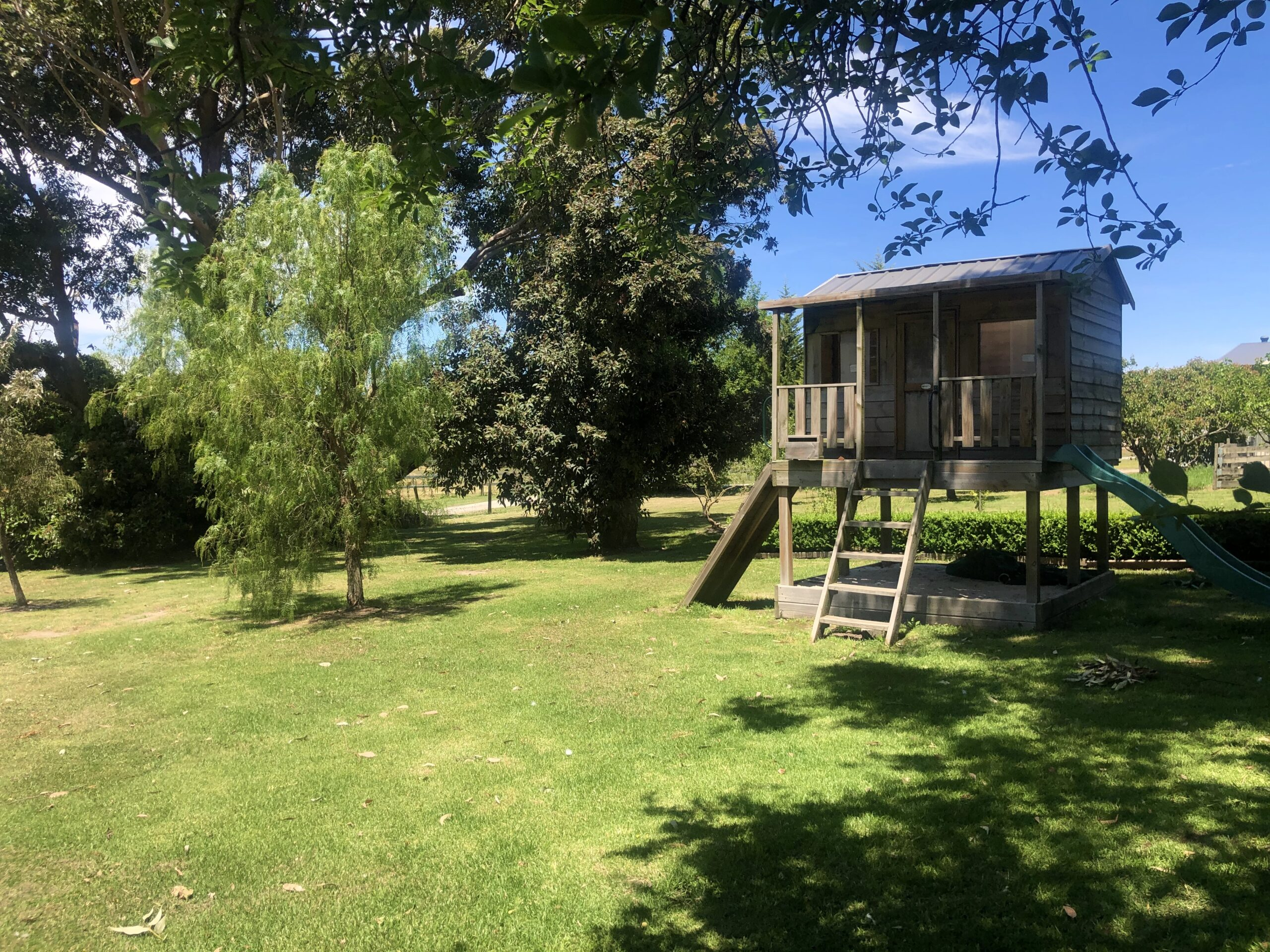 Moorooduc holiday rental, backyard with cubby house and trampoline