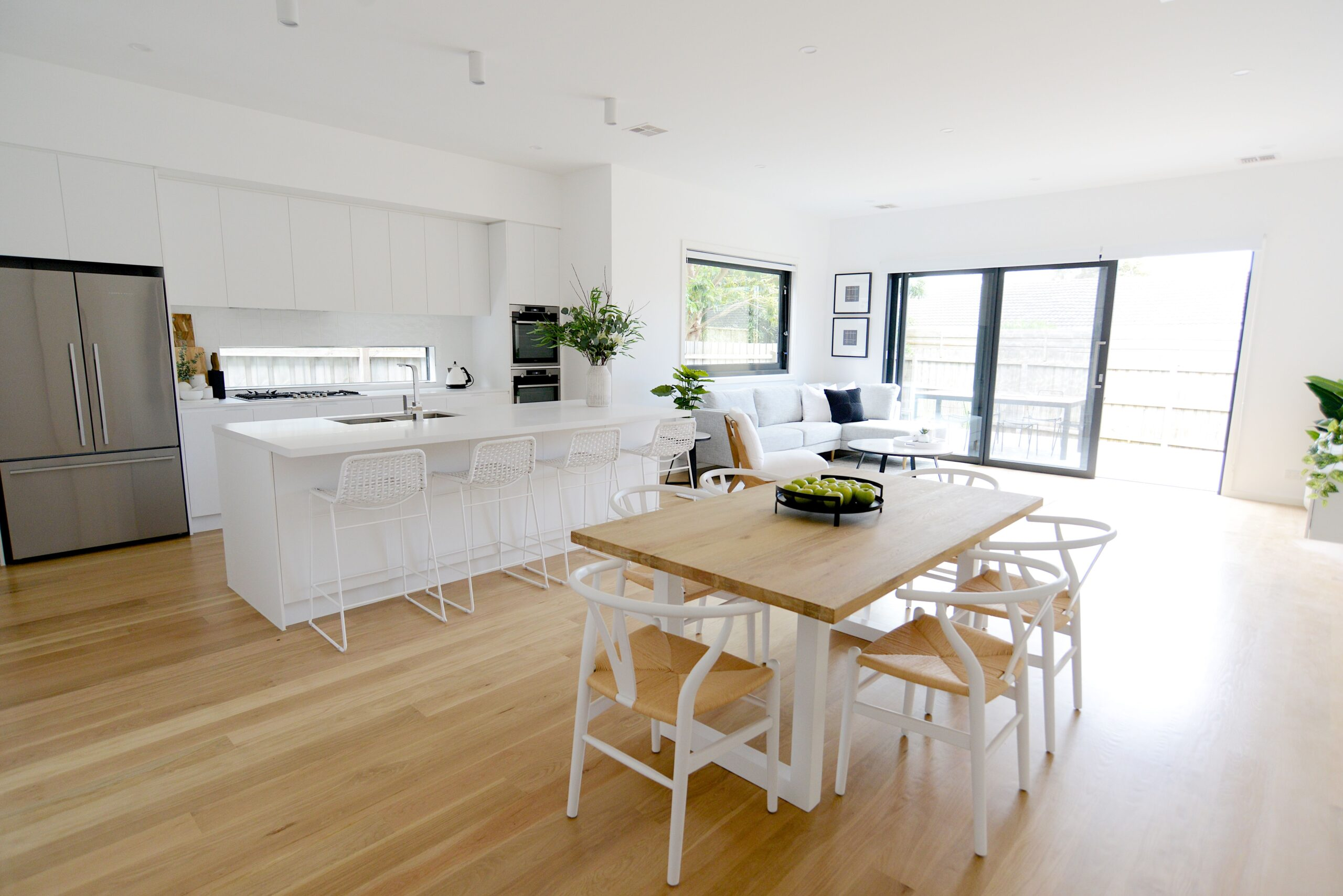 Mornington Holiday rental kitchen, island bench and dining TH1