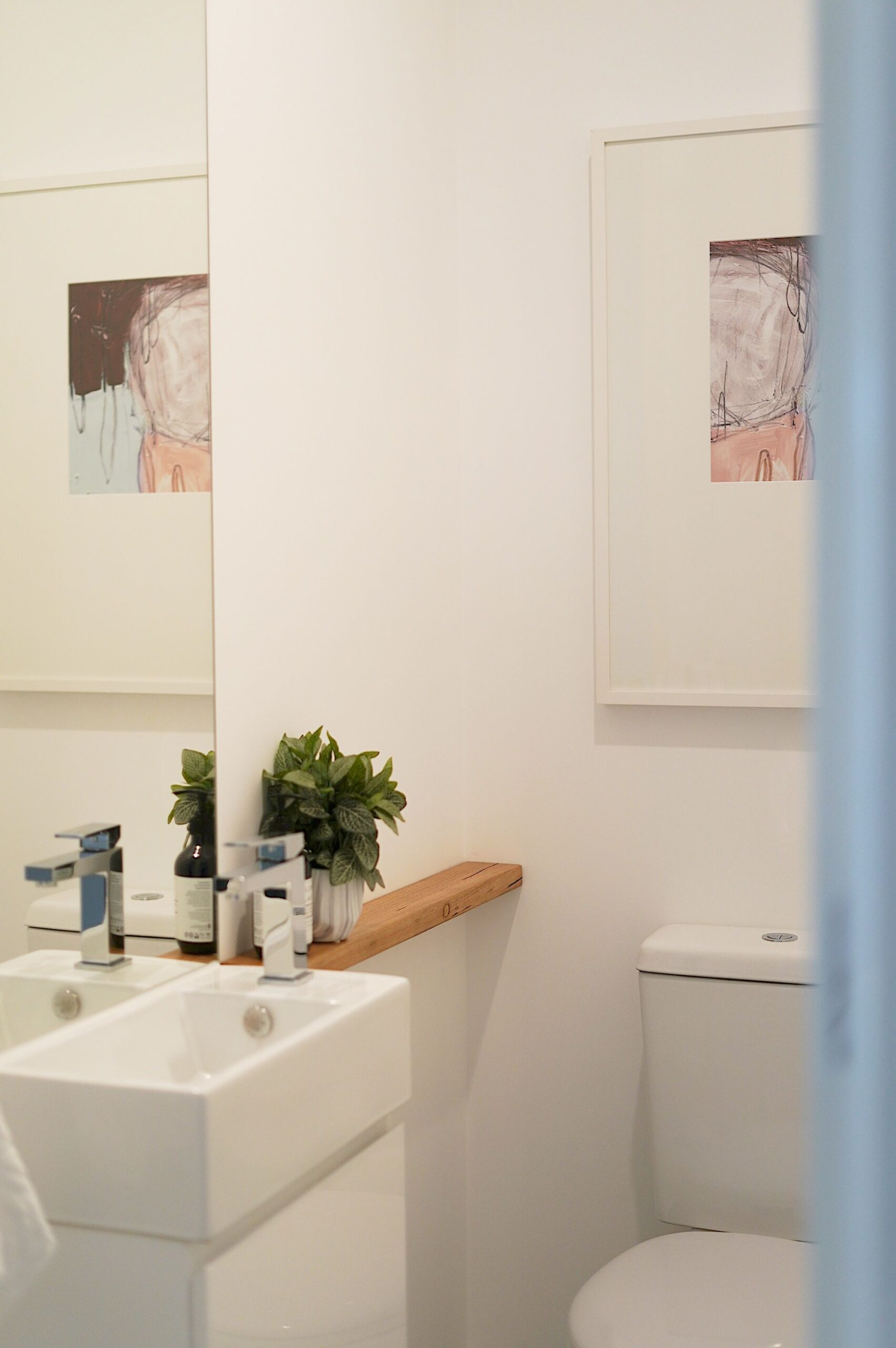 Holiday rental Mornington powder room TH1
